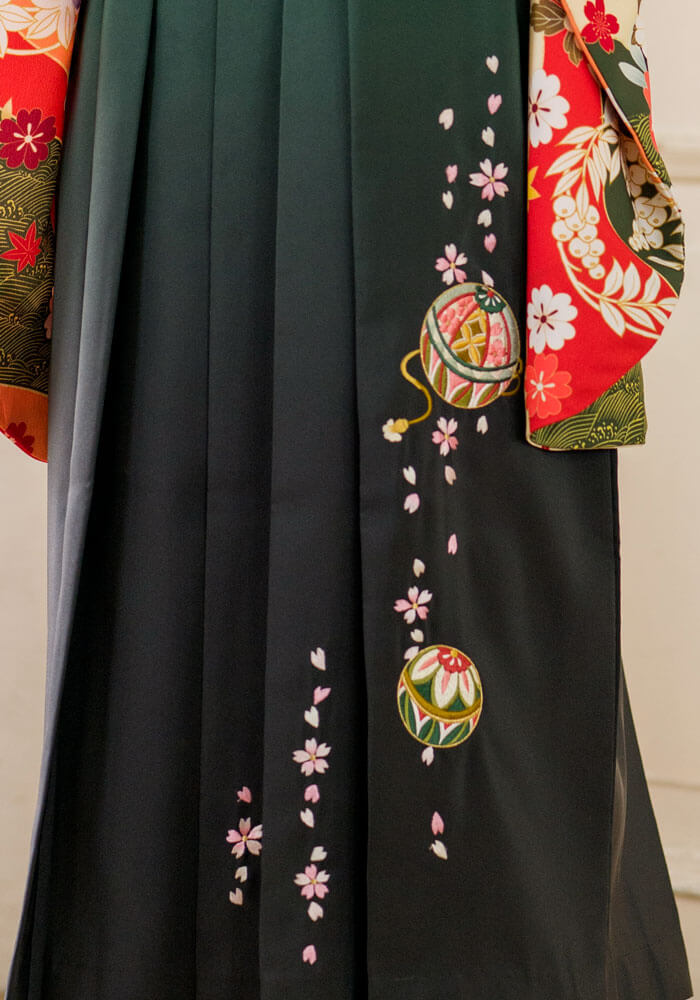 手毬の刺繍が施された緑の袴