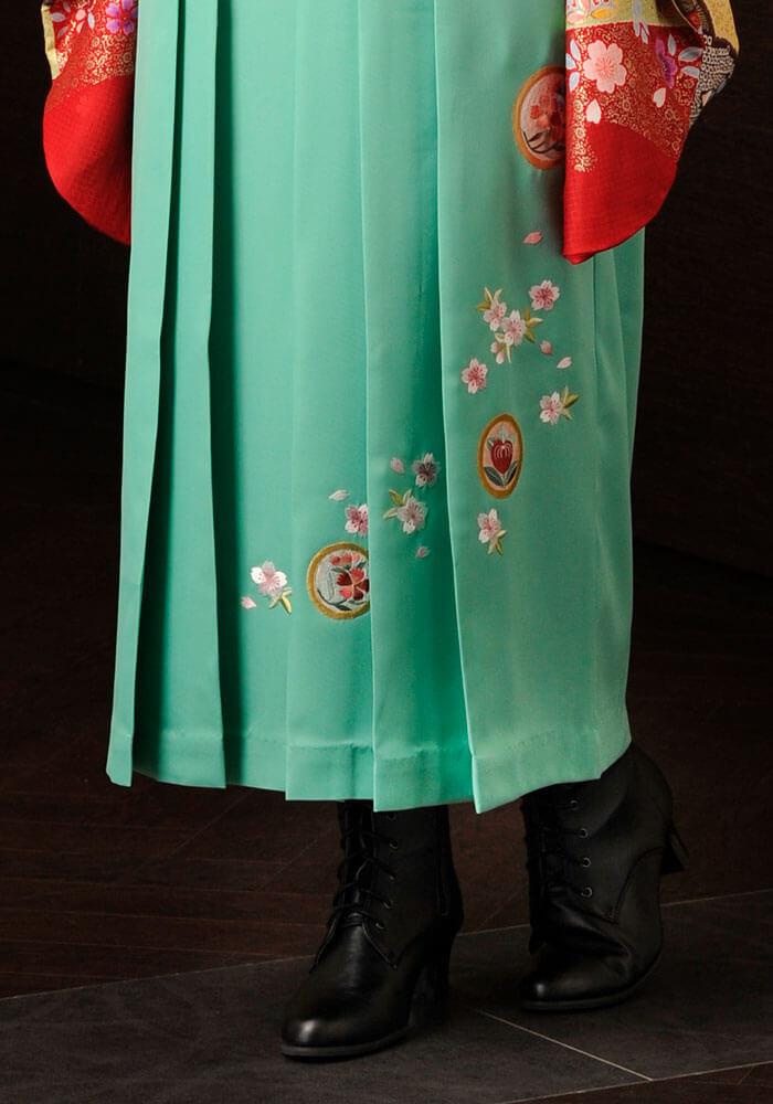 可愛い刺繍が施されたミントグリーンのネットレンタル袴