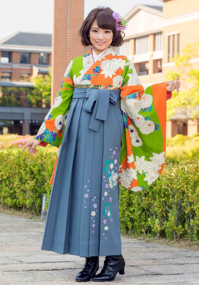 シックなグレーの袴に明るいオレンジの着物を合わせたコーデ
