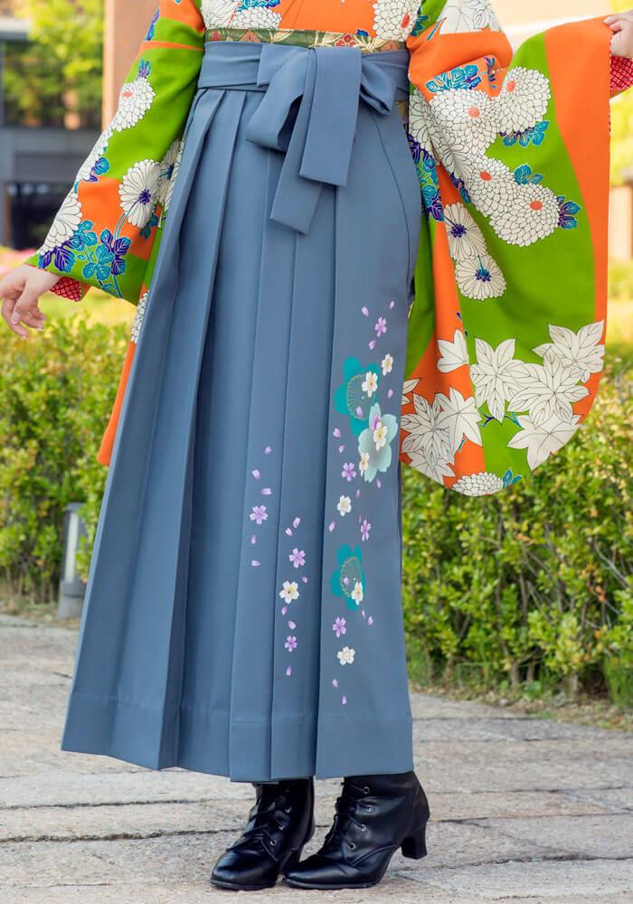 桜が描かれたシックなグレーの袴