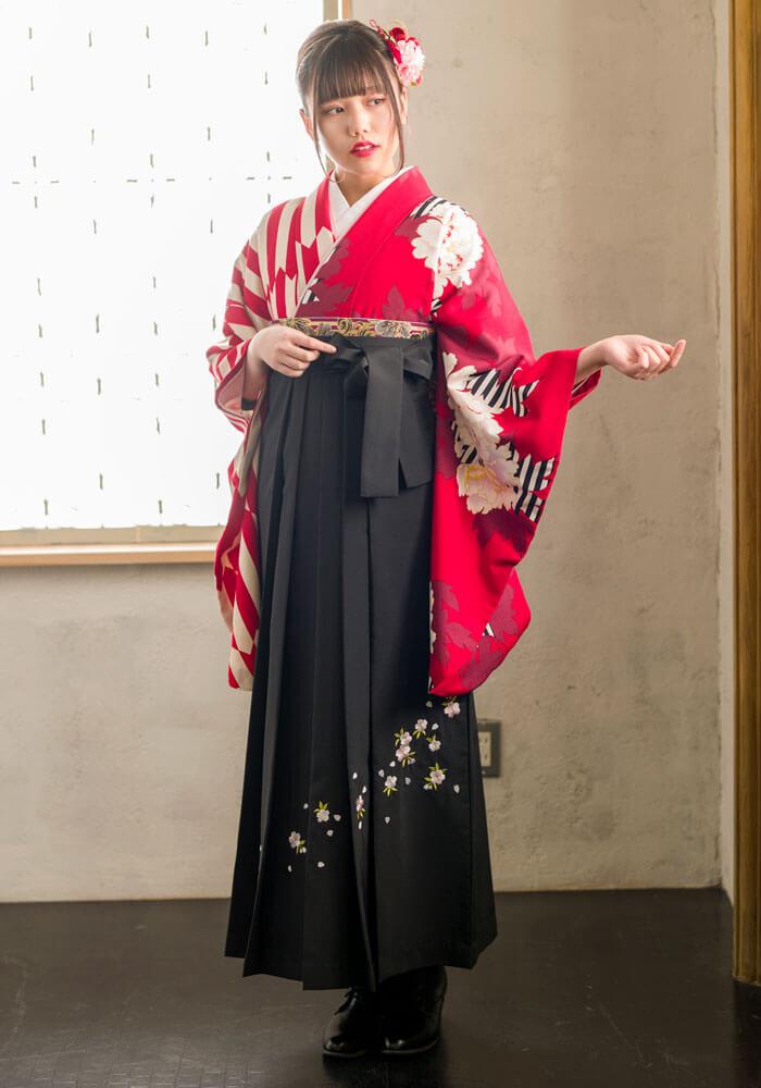 卒業式で黒の袴と赤い着物を合わせたコーディネート