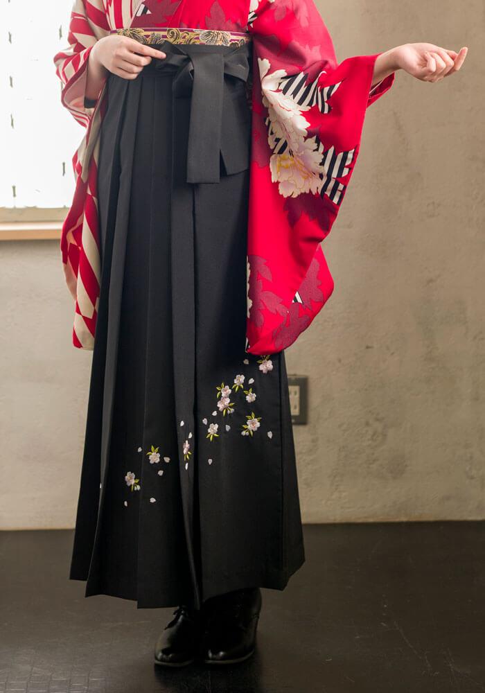卒業式でネットレンタルできる桜の刺繍が入った黒の袴