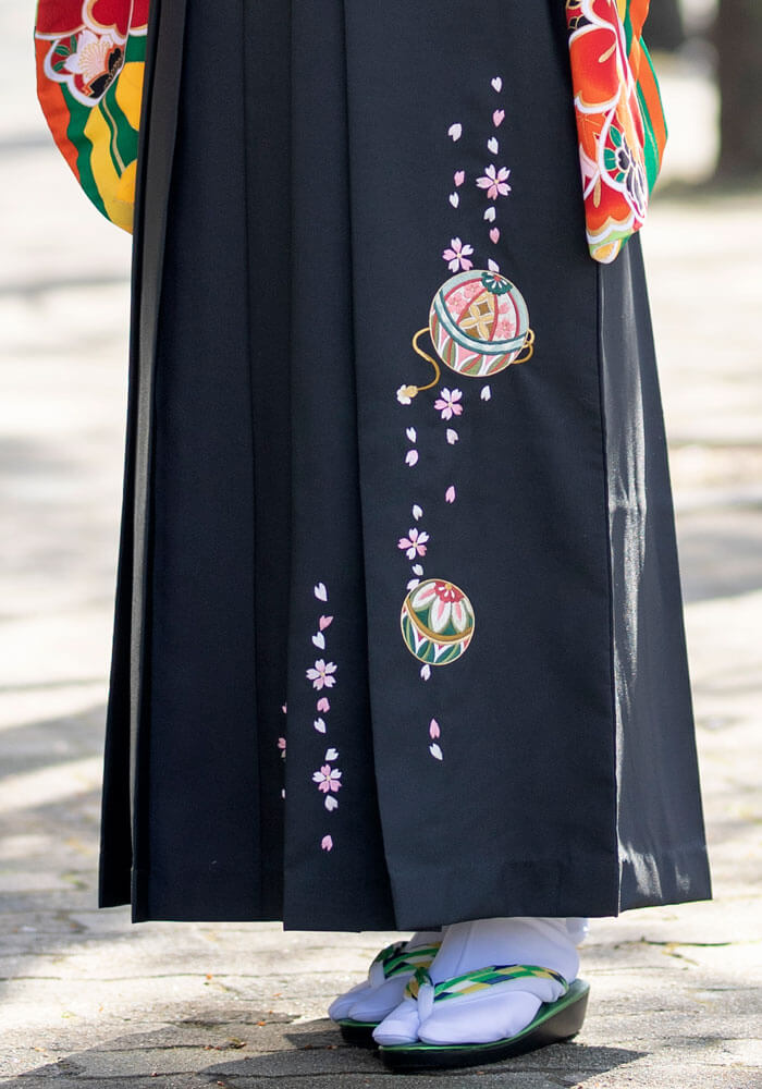 手毬の刺繍が可愛い黒の袴