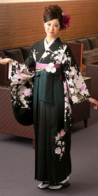 着物:黒に桜とバラ/袴:グリーンボカシバラシシュウ
