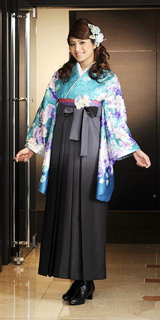 着物:エメラルドグリーンに洋花/袴:グレーボカシ
