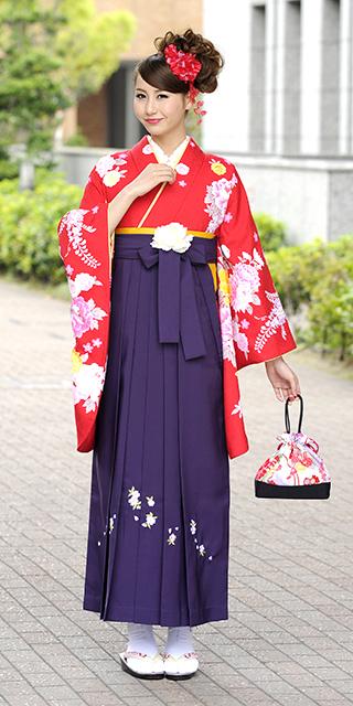 着物:赤にボタンラメ刺繍/袴:ムラサキシシュウ
