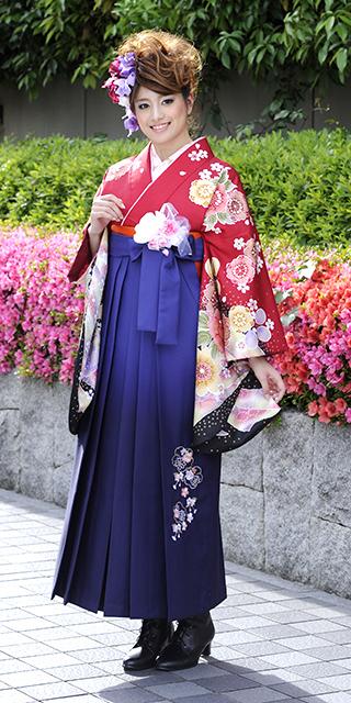 着物:赤サクラ絞り柄/袴:コンボカシ花かごシシュウ