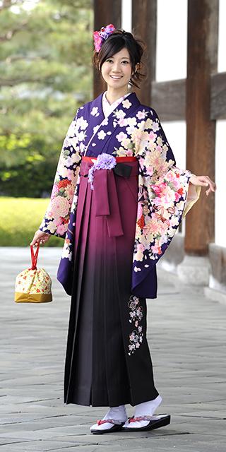 着物:ムラサキ束ね菊・桜/袴:アズキボカシ花かごシシュウ
