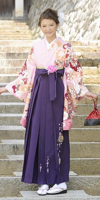 着物:ピンクぼたん袖ボカシ/袴:ムラサキ手まりシシュウ