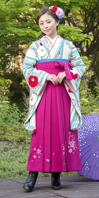 着物:白地水色縞に椿/袴:anan赤ハートぼたん