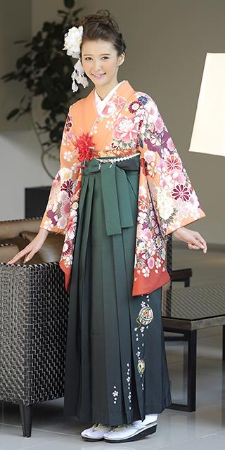 着物:オレンジぼたん袖ボカシ/袴:フカミドリボカシ手まりシシュウ