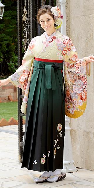 着物:ベイジュ手まりに御所車/袴:グリーンボカシ撫子に橘