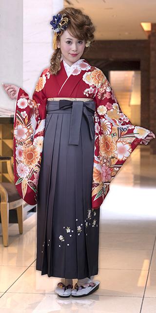 着物:アカ桜にツル/袴:グレーボカシシシュウ