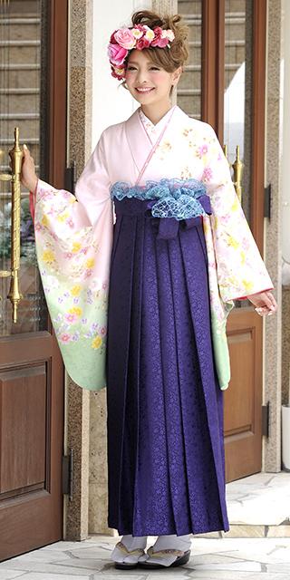 着物:ピンク袖わかくさ八重桜/袴:紫サクラ小紋