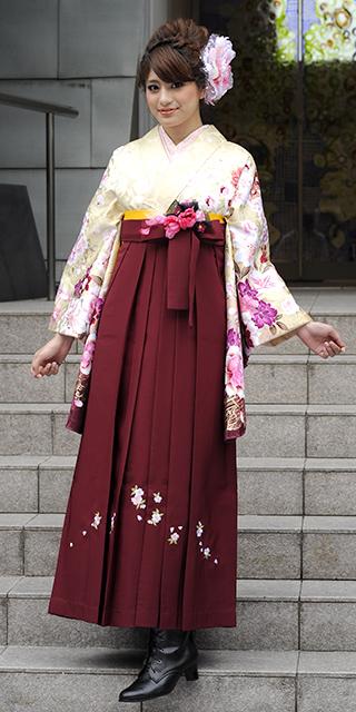 着物:ベイジュ洋花袖ぼかし/袴:赤・エンジシシュウ