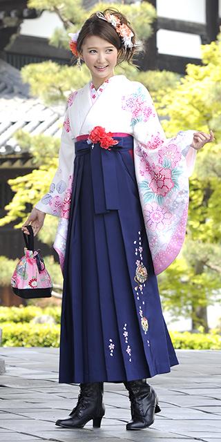 着物:白サクラ絞り柄/袴:コン手まりシシュウ