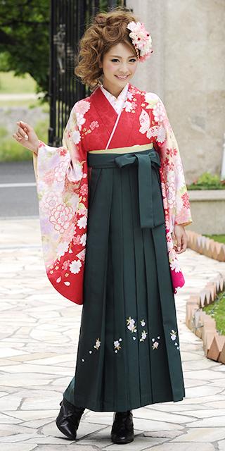 着物:アカ市松柄蝶小袖ぼかし/袴:フカミドリシシュウ