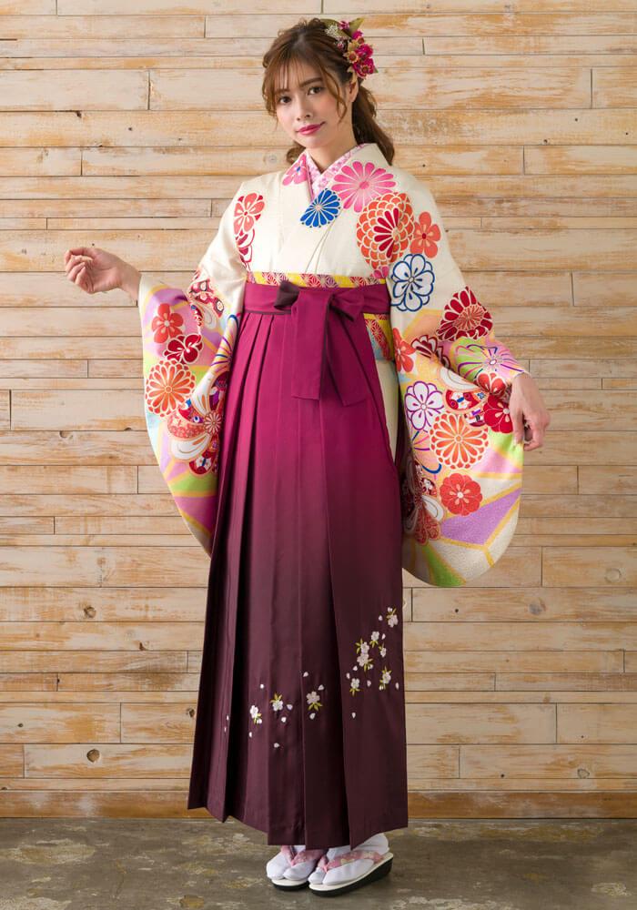 ワインボカシの袴に白い着物を合わせたコーディネート