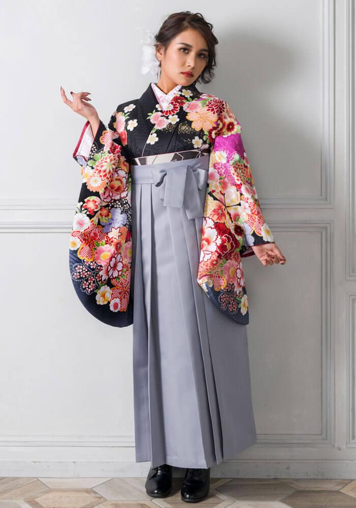 ネットレンタルで人気のホワイトグレーの袴は黒の着物と合わせてみても